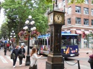 Gastown 名物の蒸気時計、街中花で飾りつけ