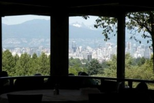 Elizabeth Park の眺望レストラン Seasons Hill Top Bistro - 窓越しに見るVancouver中心部