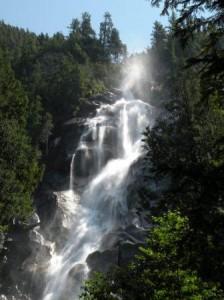 Squamish-Shannon Falls (落差335m) Whistler 迄の中間点、休憩を兼ねて見学を