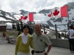 山頂駅にてカナダ国旗を背景に