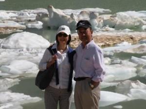氷河の真下の池、この池に大氷塊が落ちて駐車場にも被害が