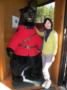 船乗り場のレストランにて Mountain Police 制服の熊と