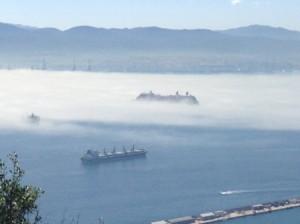 0430-18-Gibraltar-濃霧に消えかかる超大型クルーザー